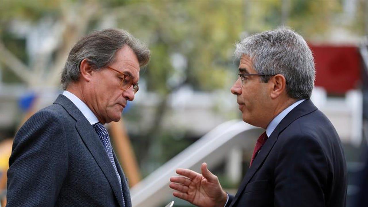 El expresidente de la Generalitat Artur Mas, conversa con Francesc Homs, en las inmediaciones de la Audiencia Nacional