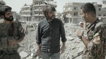 Jordi Évole, con dos combatientes de Dáesh en Raqqa