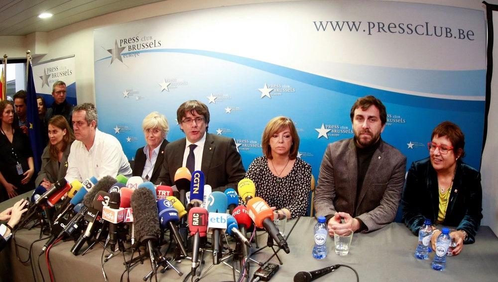 El expresidente de la Generalitat de Cataluña Carles Puigdemont, acompañado por cinco de sus antiguos consejeros