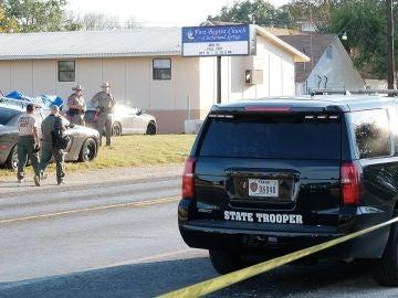 Los agentes acordonan la zona del tiroteo en una iglesia de Texas