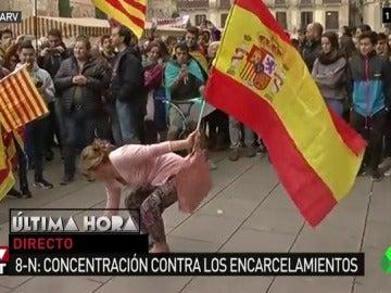 Mujer bailando con la bandera de España en Barcelona