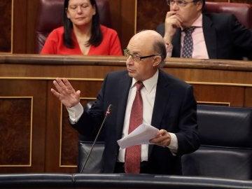 El ministro de Hacienda, Cristóbal Montoro, interviene en la sesión de control al Ejecutivo