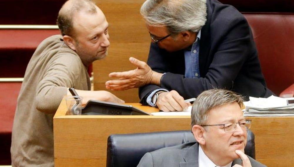 El diputado no adscrito, Alexis Marí, conversa con el socialista, Manuel Mata, en presencia del president de la Generalitat, Ximo Puig