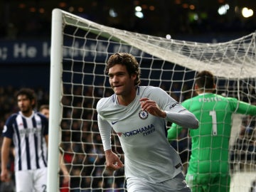 Marcos Alonso celebra un gol