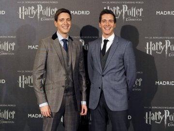 Los actores Oliver (i) y James (d) Phelps, durante el photocall de inauguración de Harry Potter Exhibition