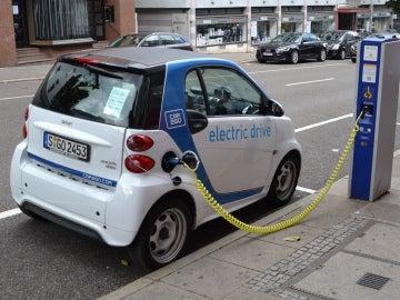 Las baterías de coches eléctricos e híbridos enchufables se cargan conectándolas a la red