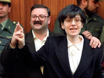 La farmacéutica de Olot, María Angels Feliu, junto a su marido, Paco Pérez Acedo, tras su liberación
