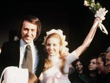 """Imagen de archivo de los cantantes Karina y Tony luz, integrante del grupo musical """"Los Pekenikes"""", en su boda en la localidad toledana de Illescas"""