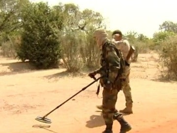 Dos hombres rastreando minas anti persona