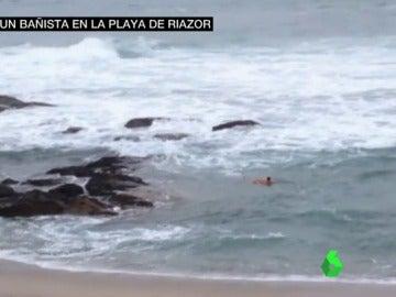 Rescate de un hombre de 89 años en la playa de Riazor