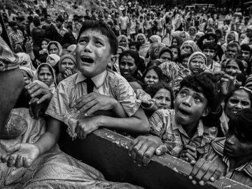 Refugiados Rohingya huyen a Bangladesh para escapar de la limpieza étnica