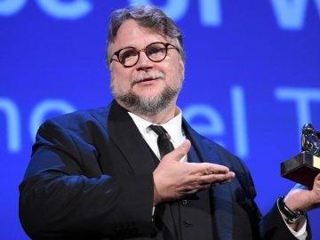 Fotografía de archivo del director de cine mexicano Guillermo del Toro con su León de Oro