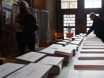 Varias personas en el colegio electoral de la Plaza de la Universidad de la ciudad condal