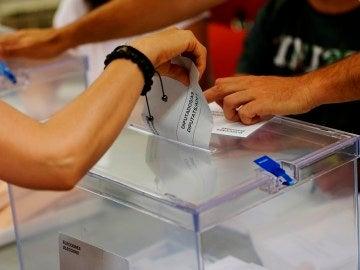 Imagen de una persona votando