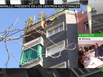 Un vecino de un colegio electoral hace sonar el 'Viva España' de Manolo Escobar a todo volumen