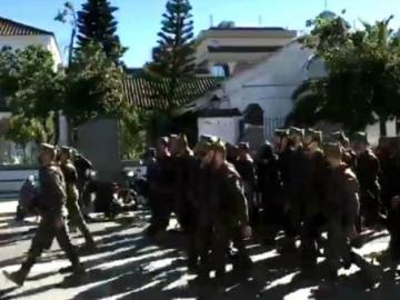 El desfile de un grupo de militares de la Legión por Sanlúcar de Barrameda
