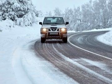 Un todoterreno circulando por una carretera nevada