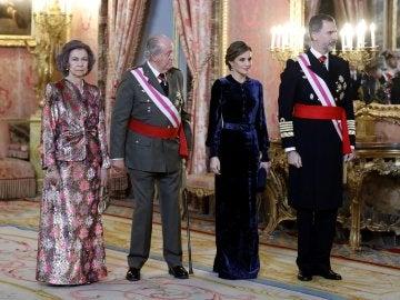 El Rey Felipe VI, junto a la Reina Letizia y los Reyes eméritos, Juan Carlos y Sofía, durante la celebración hoy en el Palacio Real de la Pascua Militar