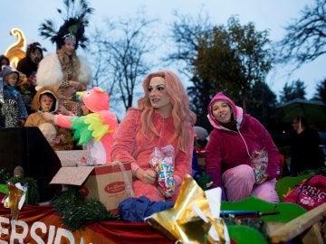 """La drag queen """"La Prohibida"""" en la carroza del Orgullo Vallecano durante la cabalgata de Reyes"""