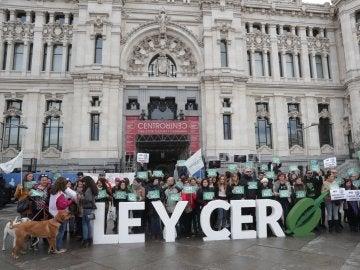 Concentración convocada por el Partido Animalista-PACMA, a las puertas del Ayuntamiento de Madrid