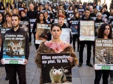 Un centenar de activistas de la organización Animanaturalis protestan en el centro de Barcelona