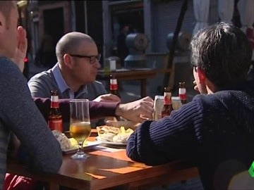 Un grupo de turistas consume cerveza en Sevilla