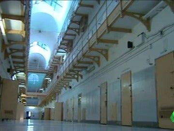 Celdas sucias, aglomeraciones de presos, el garrote vil... así era la cárcel Modelo de Barcelona durante el franquismo