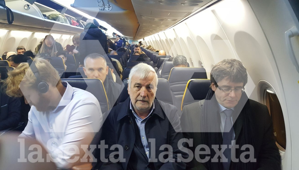 Carles Puigdemont, en el interior del avión a Bruselas
