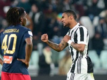 Douglas Costa celebra su gol ante el Genoa