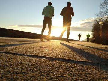Dos hombres haciendo ejercicio