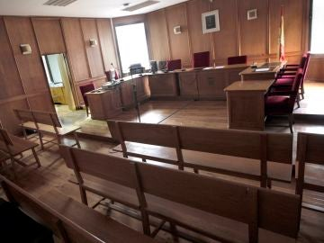 Vista de una sala de juicios vacía.