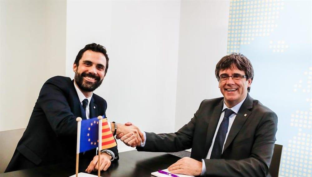 Roger Torrent saluda a Carles Puigdemont durante su reunión en Bruselas