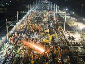 Un equipo de obreros trabajan en la construcción de la estación de Nanlong