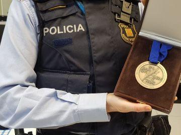 La medalla recuperada por los Mossos