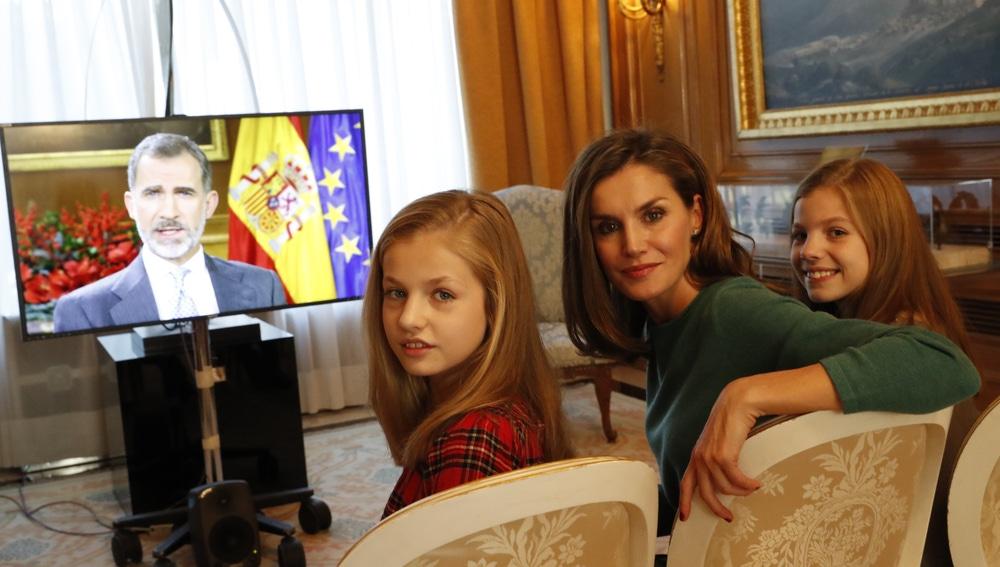 La Reina y las Infantas ven el mensaje navideño del Rey Felipe