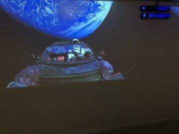 El vehículo Tesla conducido por un maniquí astronauta ya está en orbita