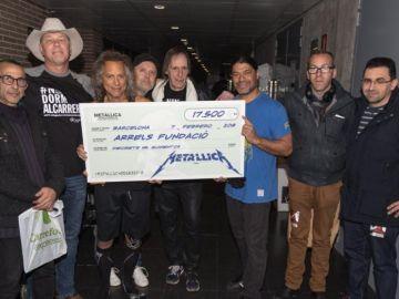 Metallica entrega un donativo a la nativo a la fundación Arrels