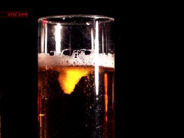 Un vaso con alcohol reacciona a una sustancia química
