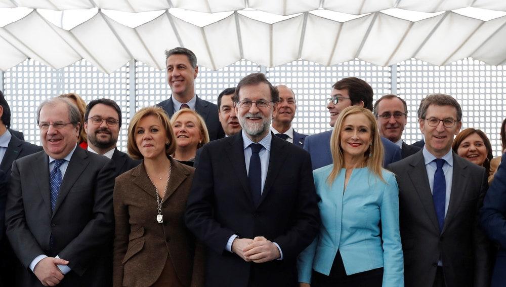 El jefe del Gobierno, Mariano Rajoy, acompañado por otros miembros del PP