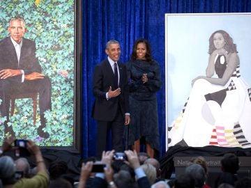 Barack y Michelle Obama, ante sus retratos oficiales