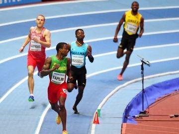 Los participantes de la serie de 400 metros