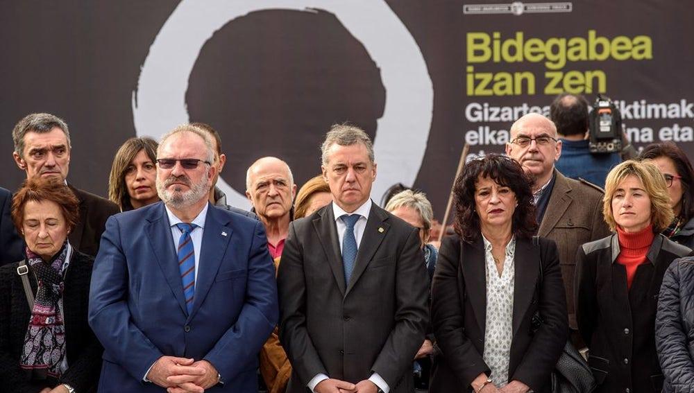 Participantes en el homenaje a las víctimas del terrorismo organizado en Bilbao por el Gobierno Vasco