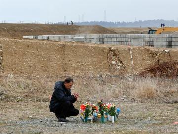 Un hombre recuerda a las víctimas del tsunami