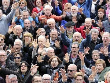 Pensionistas durante la concentración en Bilbao de la plataforma de asociaciones de jubilados, viudas y pensionistas de Bizkaia