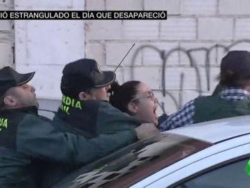 "VÍDEO REEMPLAZO   Vecinos de Vícar se abalanzan sobre el coche que transporta a Ana Julia Quezada: ""Asesina"""