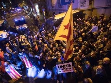 Los Mossos d'Esquadra impiden el paso de manifestantes en la inmediaciones de la Delegación del Gobierno