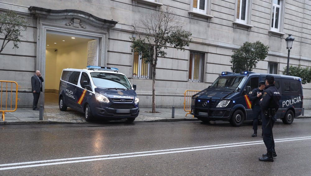 El furgón policial a su salida del Tribunal Supremo