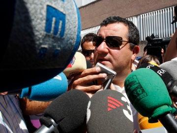 Mino Raiola atiende a los medios de comunicación