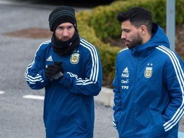 Messi charla con Agüero durante un entrenamiento de Argentina
