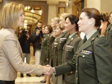 La ministra de Defensa, María Dolores de Cospedal saluda a militares